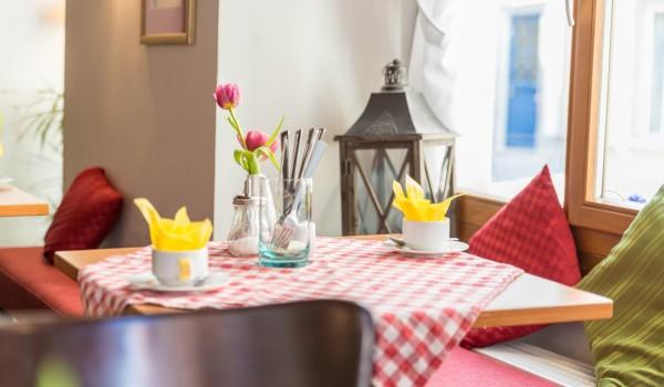 Hotel Frühstück - gedeckter Tisch